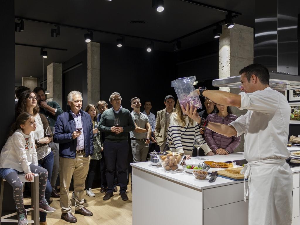 El Chef Diego Ferrer presentando las prestaciones de los aparatos de la marca Neff