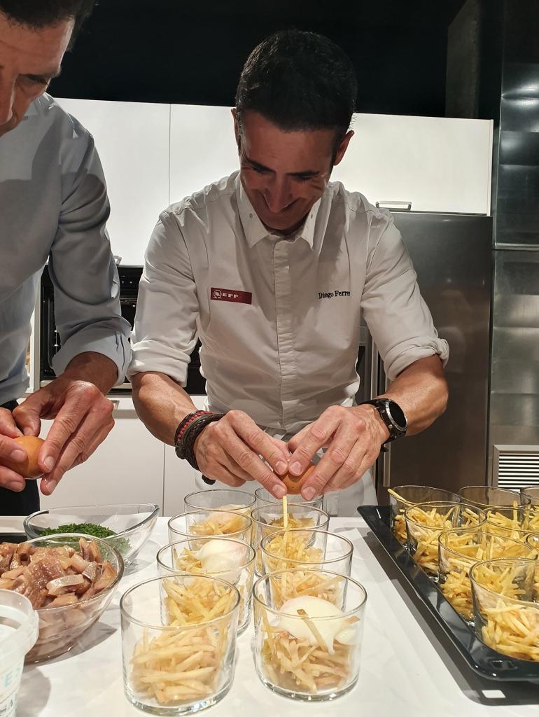 El equipo de Neff preparando los huevos a baja temperatura con papas paja