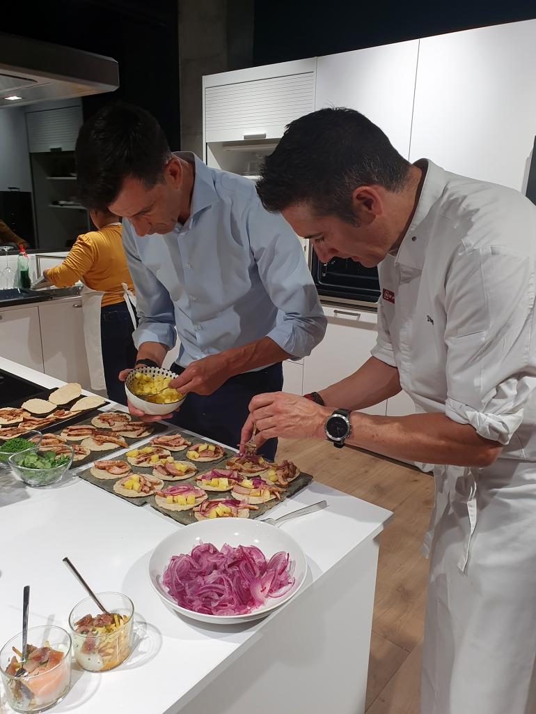 El equipo de Neff preparando los Tacos Pastor