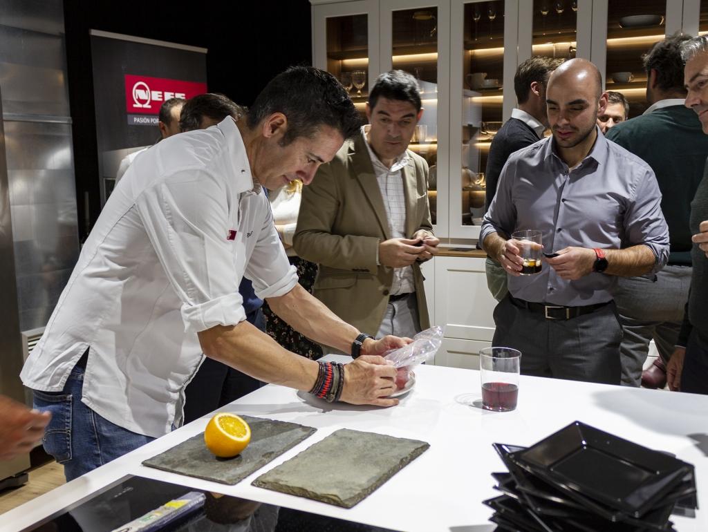 El Chef Diego Ferrer preparando la presentación de Sandía macerada con Sangría