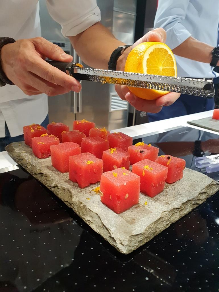 El Chef Diego Ferrer decorando las Sandía macerada con ralladura de limón