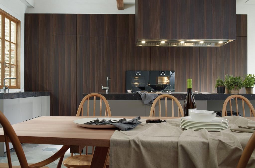 Cocina con columnas en madera natural y encimera gruesa